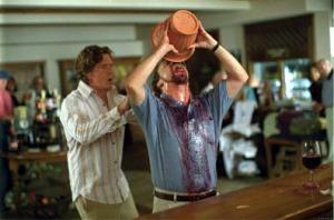 Uno de los momentos más escatológicos de la película: ¡Giamatti bebe el vino de una escupidera!