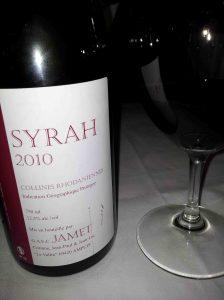 Nada hacía presagiar, cuando tomé esta copa de Syrah durante la comida, que tendría una de las conversaciones más delirantes que he tenido nunca sobre vino.