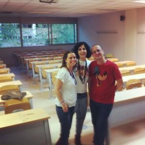 Aquí la directora del curso, Yanet Acosta, con @Pintxo (Daniel Martínez) y yo en el centro tras la clase