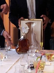La botella es de cristal de Baccarat, y no os imaginais el cuidado que pusieron al servir el cognac...